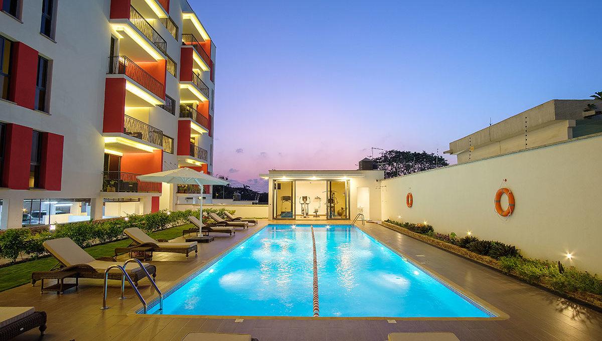 greenviews-luxury-apartments-accra-amenities-pool-al-night